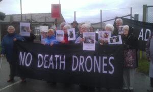 Protest wrth faes awyr Llanbedr ger Harlech