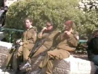 Milwyr ar y stryd yn Israel